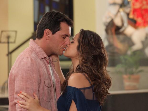 Morena e Théo se beijam em Igreja de São Jorge (Foto: TV Globo)